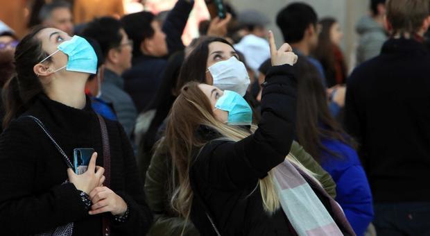 Sarà tutta colpa del coronavirus? Turiste con mascherina a Milano